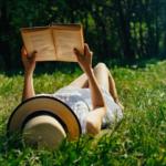 Co warto przeczytać w wakacyjne wieczory? Propozycje książek na lato!